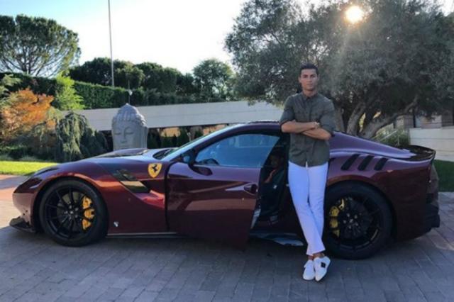 Cristiano Ronaldo posa ao lado de sua nova Ferrari de meio milhão de euros Reprodução / Instagram/Instagram