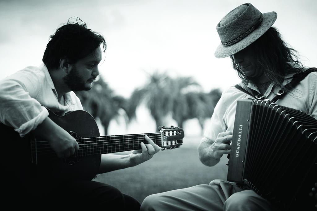Yamandu Costa e Renato Borghettti lançam CD e DVD em que celebram a música regional Eduardo Rocha/Divulgação