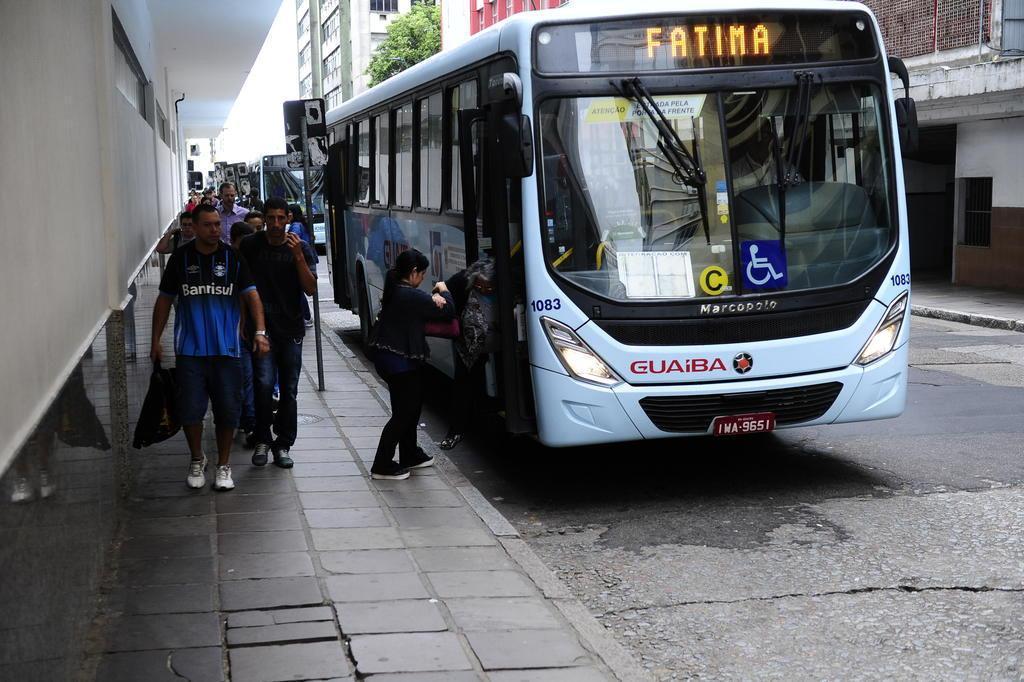 Usuários queixam-se de poucos horários e superlotação nos ônibus de Guaíba a Porto Alegre Ronaldo Bernardi/Agencia RBS
