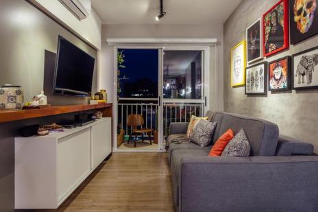 Apartamento de 51 metros quadrados tem cores intensas na sala e branquinho no quarto (Cristiano Bauce/Divulgação)