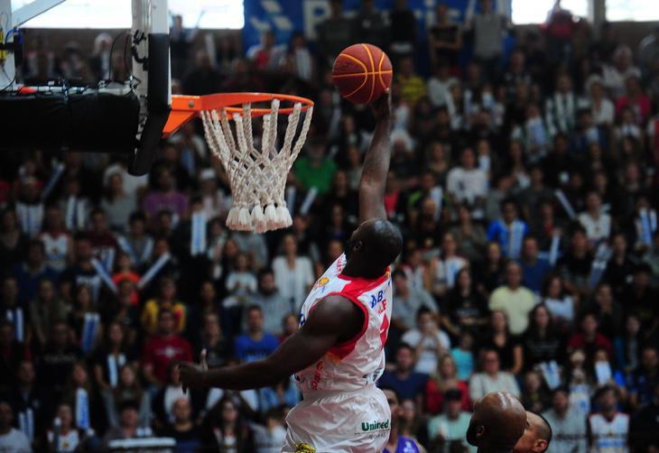 Caxias do Sul Basquete/Banrisul x Mogi, primeiro jogo das quartas de final realizado no ginásio do Vascão.