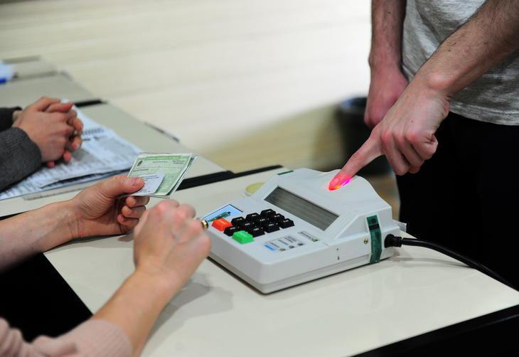 Escola Hercília Petry, em Ana Rech, eleitor verificando biometria.