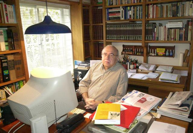 """""""Poesia para mim é um mistério. Não tenho a menor idéia como se faz"""", diz Verissimo José Doval, Banco de Dados - 13/05/2003/"""