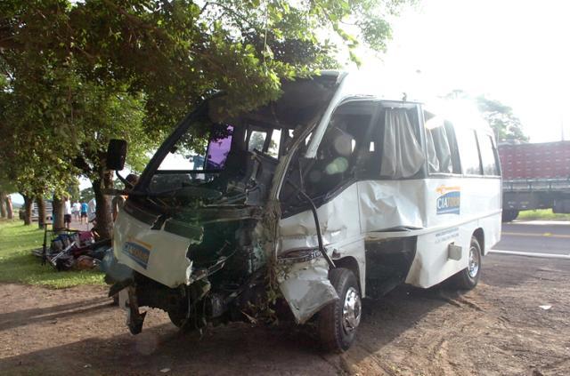Integrantes de banda de pagode ficam feridos em acidente  Juan Barbosa/
