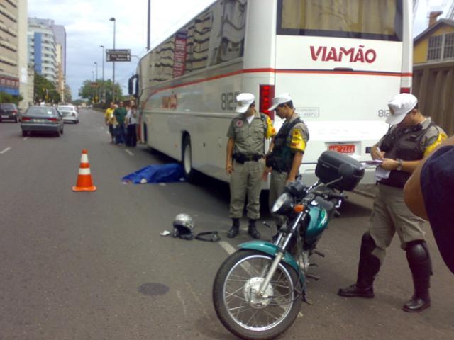 Motociclista morre em acidente na Capital  Daniel Marenco/