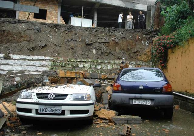 Chuva provoca alagamento e queda de muro em Porto Alegre  Eduardo Lima /