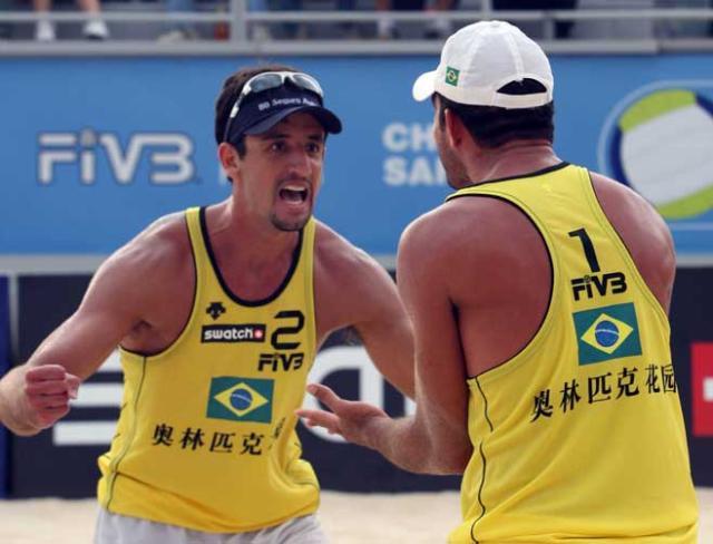 Brasileiros fazem final do vôlei de praia na China  Divulgação FIVB /