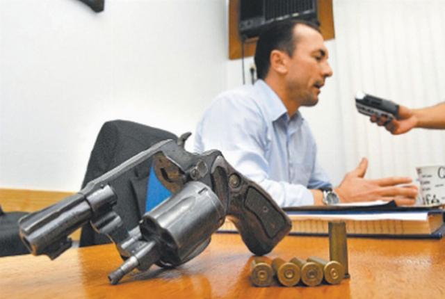 Delegado está com arma utilizada por torcedores Eduardo Lima/