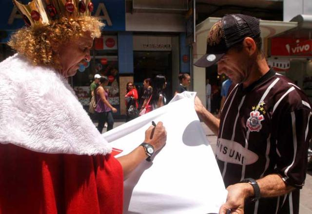 De coroa e manto, Biro Biro dá autógrafos em Santa Maria Charles Guerra /