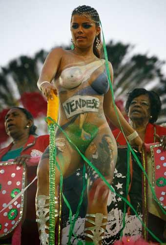 Viviane Castro volta a usar tapa-sexo de 3,5 cm  Lalo de Almeida, AP/