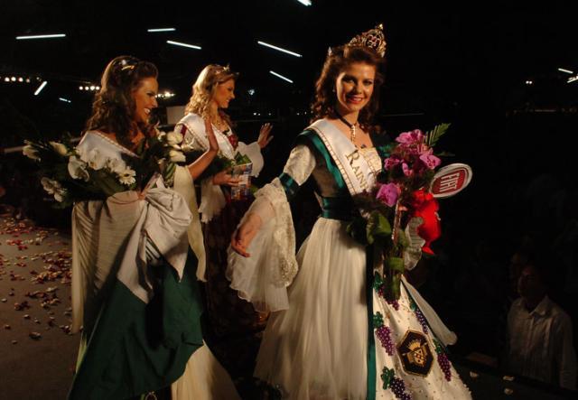 Tatiane Frizzo é a rainha da Festa da Uva 2010  Porthus Junior/