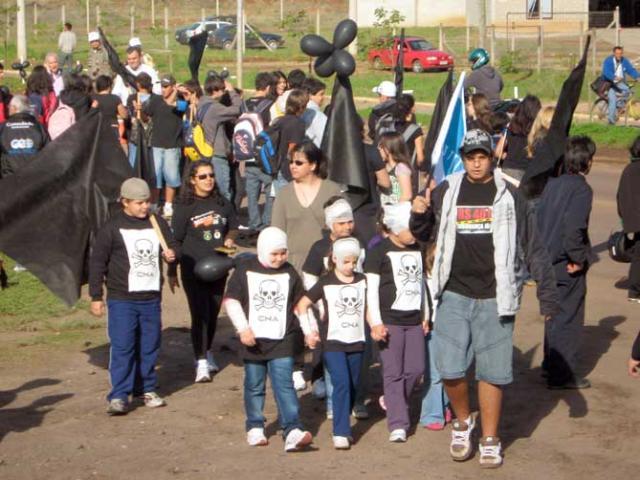 Moradores protestam por mais segurança no trânsito da RS-401 em Charqueadas Divulgação /