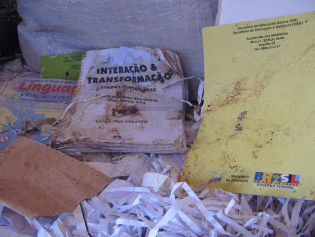 Duas toneladas de obras de biblioteca são achadas em recicladora de lixo no Noroeste  Jornal Visão Regional/