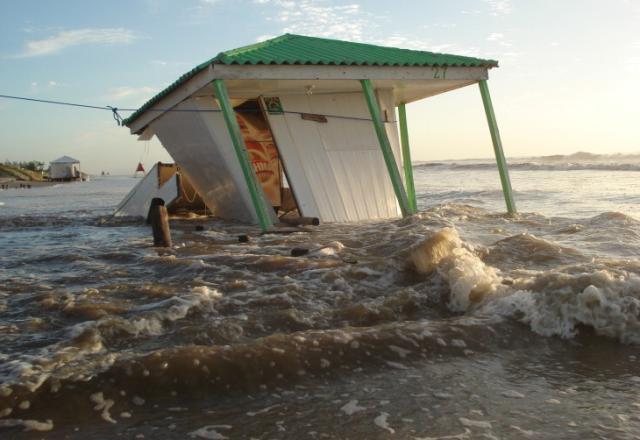 Ressaca destrói quiosques e assusta moradores no Litoral Norte Gerson Antunes/
