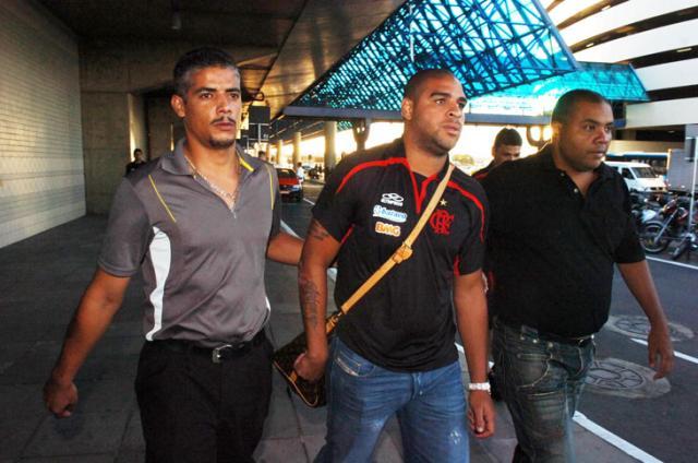 Jornal publica fotos de Adriano com arma e referência ao Comando Vermelho Tadeu Vilani/