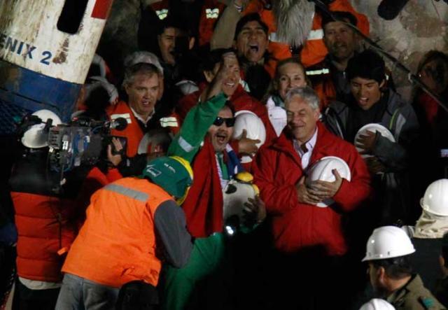 Retirada do último socorrista encerra com sucesso a operação de resgate dos mineiros no Chile Roberto Candia, AP/