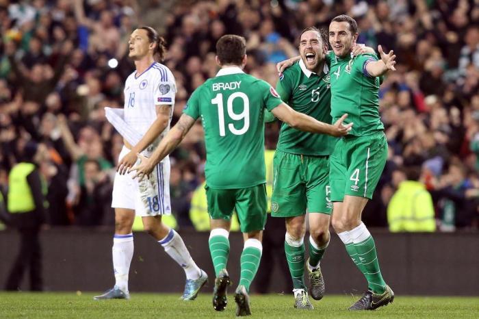 Irlandeses comemoram a classificação ao torneio continentalPaul Faith   AFP 20e0fa8c38dd6