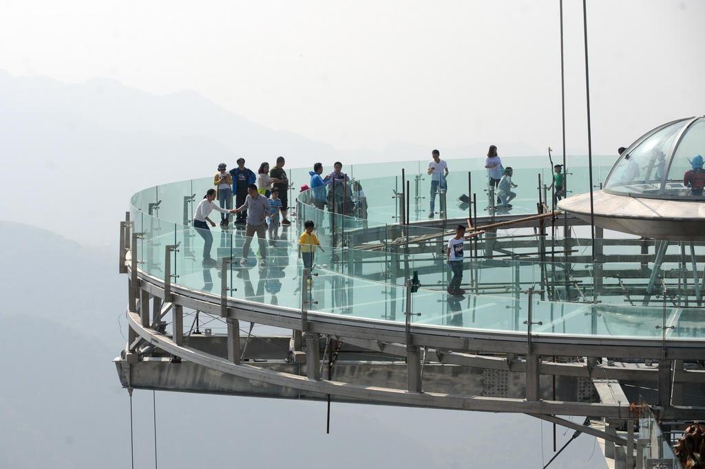 Resultado de imagem para plataforma de vidro em pequim