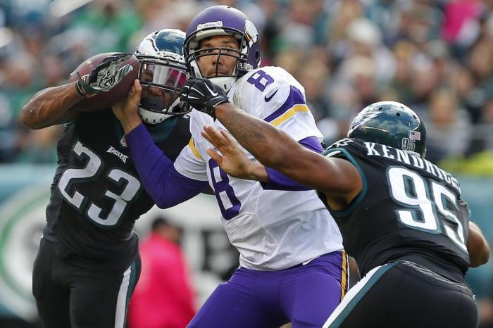 Defesa do Eagles dominou o ex-companheiro Sam BradfordRich Schultz   Getty  Images 6fc8b01a6b36d