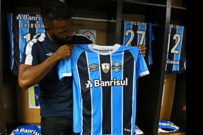 3fc10f7a8c FOTOS: jogadores do Grêmio mostram novas camisas antes de estreia na ...