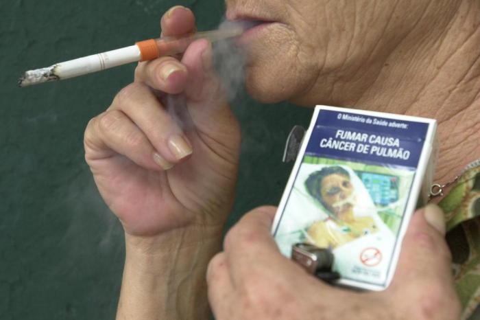 Resultado de imagem para doentes com cancer em carteiras de cigarros